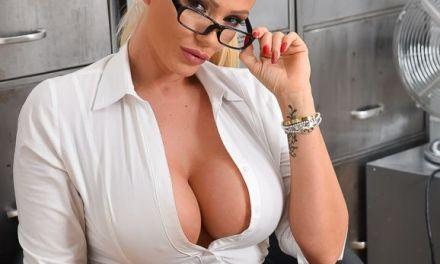 Lucy Zara, mature secretaresse, heeft haar dildo mee naar het werk genomen