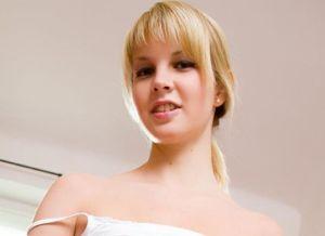 Rose Delight, seks met blonde babe die sexy latex lingerie aanheeft