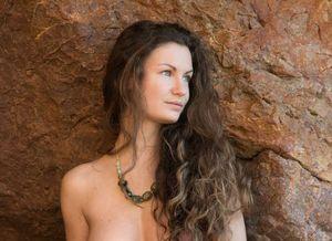 Susann, grote tieten, naakt tussen de rotsen