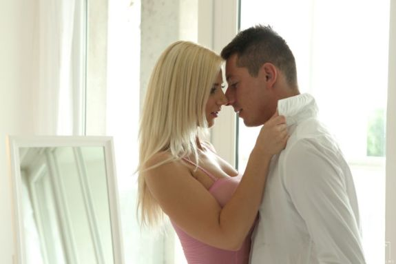 Blonde studente heeft geile seks met rijke zakenman