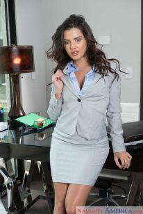 Keisha-Grey-knappe-zakenvrouw-doet-striptease-op-kantoor-01