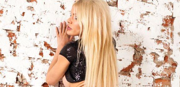 Kitana Lure, knap en blond, houdt haar panty's en hoge hakken aan