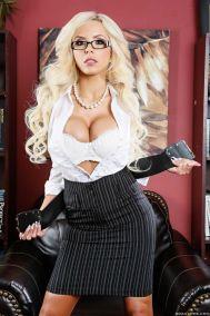 Nina-Elle-geile-stiefmoeder-met-grote-neptieten-04