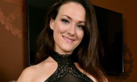 Kandy Nix, lekkere milf in sexy lingerie, doet haar benen wijd
