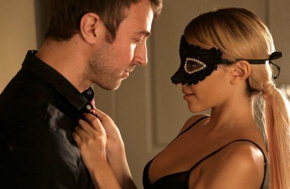 Knappe vrouw in prachtige lingerie verrast haar echtgenoot