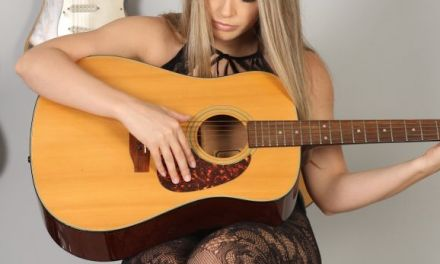 Naakte Vrouwen, van gitaar spelen tot een heel geil lingeriejurkje