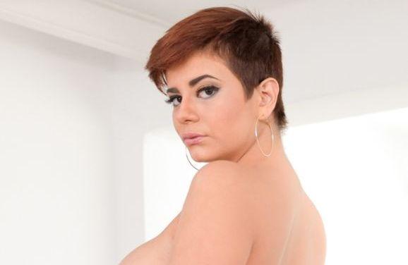 Amaranta Hank, pornoster met grote tieten, heeft seks in het openbaar