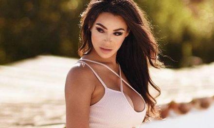 Olivia Berzinc, knappe brunette met grote tieten, gaat naakt bij het zwembad
