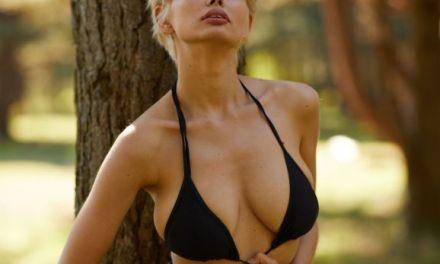 Anna laat haar grote borsten uit, ze gaat naakt in het park