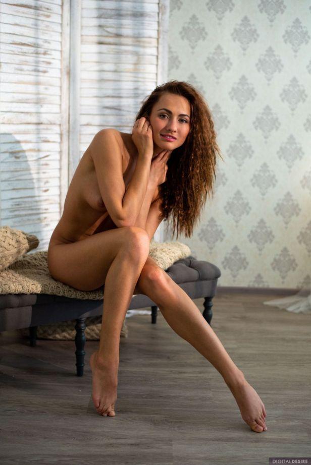 Michaela-Isizzu-trekt-haar-sexy-witte-ondergoed-uit-0014
