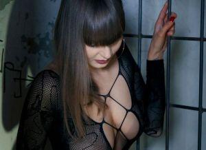 Natalia Russ is geil aan het doen achter de tralies