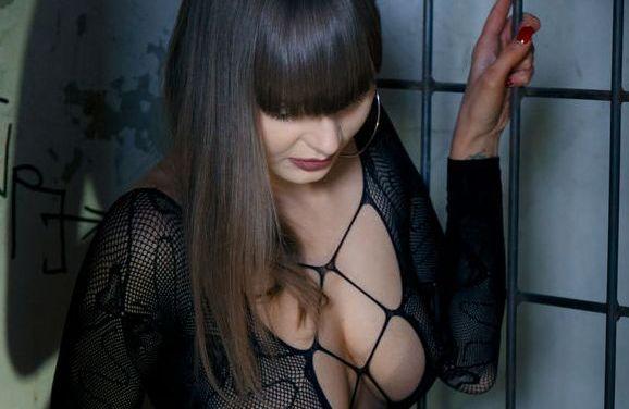 Naakte Vrouwen, van lingerie achter de tralies tot een geile milf secretaresse