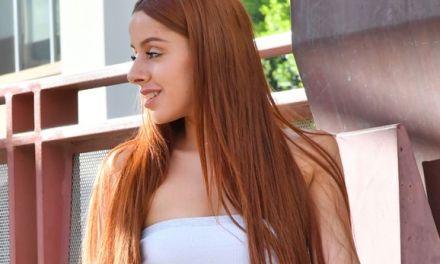 Vanna, mooi rood haar, doet een sexy striptease