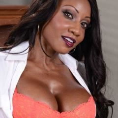 Ebony lingerie milf met grote tieten