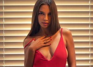Alina, knappe brunette, stevige tieten en een prachtig figuur