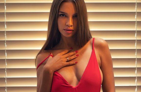 Alina, knappe brunette met stevige tieten en een prachtig figuur