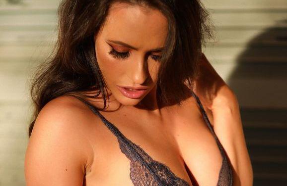 Annie, brunette met grote borsten, trekt buiten haar sexy lingerie uit
