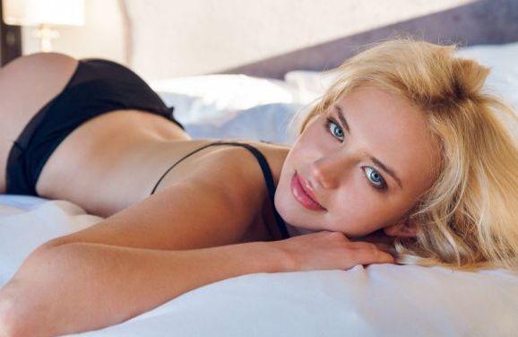 Mary Lin, knap en blond, heeft subtiele sexy lingerie aan