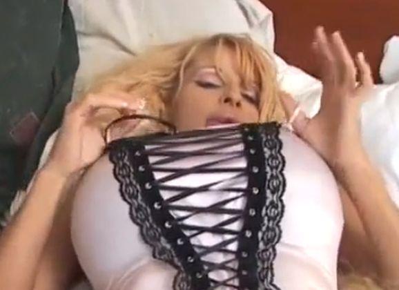Blonde Bimbo Milf, hele grote tieten, heeft zwoele en erotische seks