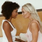 Interraciale lesbische sex met Emma Button en Luna Corazon