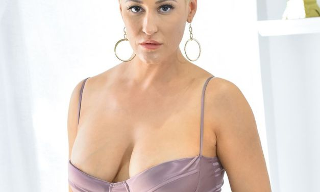 Blonde milf lerares, Ryan Keely, heeft seks met de vader van een leerling