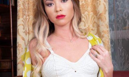 Tara Spade, knappe milf in sexy vintage lingerie