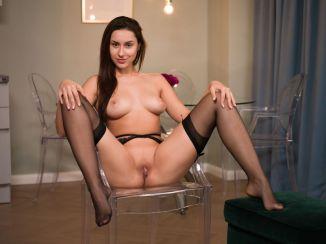 Angelina-S-knappe-brunette-trekt-haar-sexy-lingerie-uit-010