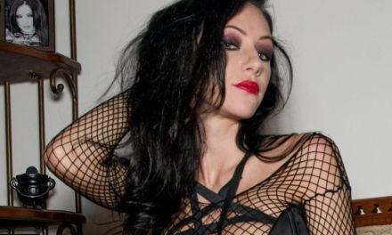 Dawn Avril, Goth vrouw met grote tieten, in sexy zwarte lingerie