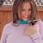 Naakt in de sneeuw, Dawson Miller laat haar grote borsten zien