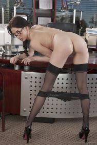 Office-manager-in-sexy-lingerie-doet-een-striptease-06