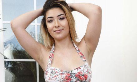 Serena Skye, tiener met grote borsten, heeft seks met haar Tinderdate