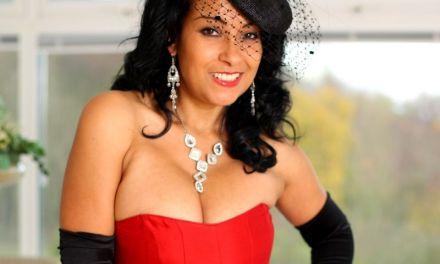 Knappe oudere vrouw, grote borsten, in stijlvolle lingerie en een striptease