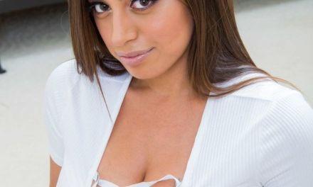 Latina huisvrouw met grote borsten, Ella Knox, gaat vreemd