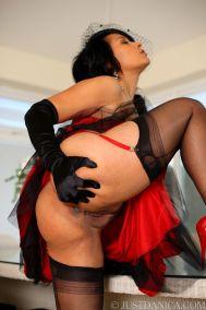 knappe-oudere-vrouw-in-stijlvolle-rode-lingerie-13
