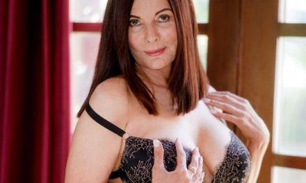 Rijpe vrouw met grote borsten heeft interraciale lesbische sex