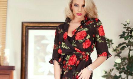Stijlvolle knappe blondine heeft een opwindend lingeriesetje aan