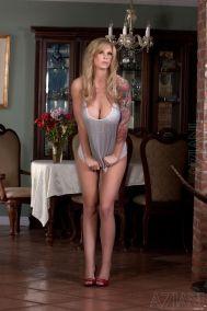 geile-blondine-met-grote-borsten-en-tatoeages-02