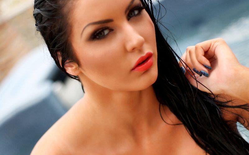 Yasmine Yames, donker haar, helemaal naakt in de jaccuzi
