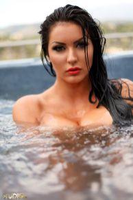 Yasmine-Yames-naakt-bij-het-zwembad-06