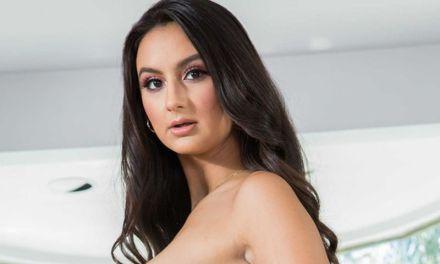 Eliza Ibarra, geile brunette, laat zich goed neuken op de bank