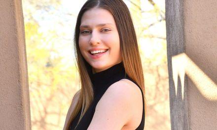 Kamryn, zwarte strakke lange jurk en een dildo in haar kutje