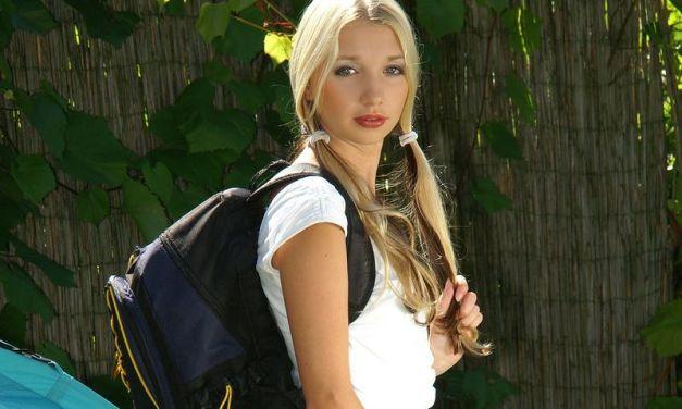Naakt kamperen met een geil blondje genaamd Mina B