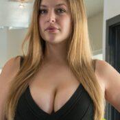 Danielle, mooie mollige vrouw met grote tieten, heeft harde tepels