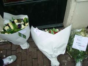 Bloemen van exploitanten en Rode Draad bij de kamer waar Berty is vermoord