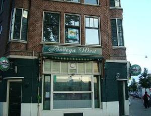 Het Rotterdamse café in kwestie nadat het door het bestuur gesloten was