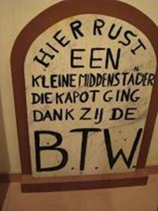 Een bord te vinden in het Belastingmuseum Rotterdam.