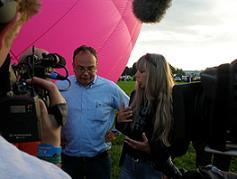 Metje staat de pers te woord op de Zwarte Cross. Foto Hurekamp