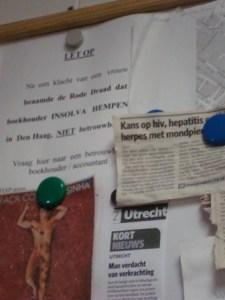 In een huiskamer hangt een waarschuwing tegen de foute boekhouder die door de klokkenluider werd genoemd