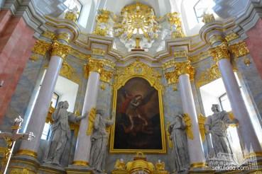 Ołtarz główny w kościele pw. Niepokalanego Poczęcia Najświętszej Maryi Panny i św. Michała Archanioła w Łasku; woj. łódzkie.