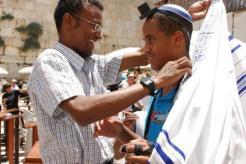 """הרב שרון שלום, מתנדב סל""""ע, באירוע בר-מצווה בכותל המערבי שנערך על ידי סל""""ע לנער יתום"""